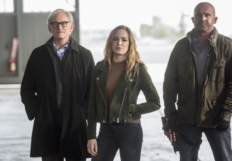 """The Flash -- """"Invasion!"""" -- Image FLA308b_0132b.jpg -- Pictured (L-R): Victor Garber as Professor Martin Stein, Caity Lotz as Sara Lance/White Canary and Dominic Purcell as Mick Rory/Heat Wave -- Photo: Dean Buscher/The CW -- © 2016 The CW Network, LLC. All rights reserved."""