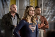 """The Flash -- """"Invasion!"""" -- Image FLA308b_0440b.jpg -- Pictured (L-R): Dominic Purcell as Mick Rory/Heat Wave, Melissa Benoist as Kara/Supergirl and Franz Drameh as Jefferson """"Jax"""" Jackson -- Photo: Dean Buscher/The CW -- © 2016 The CW Network, LLC. All rights reserved."""